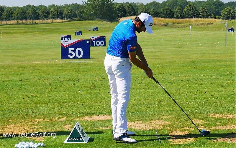 Ouvrir les hanches avant l'impact pour des mains plus passives pendant le swing