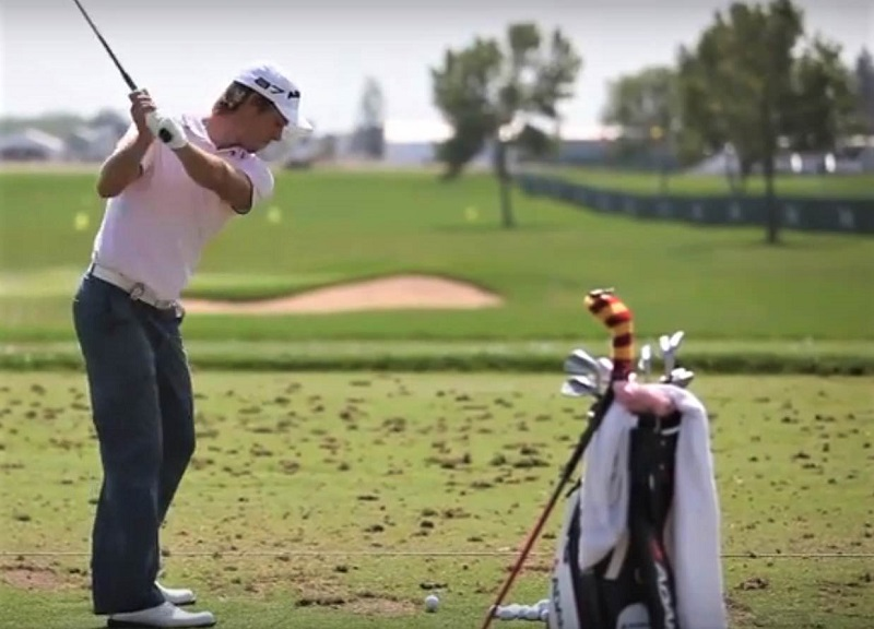 Les épaules tournent en s'inclinant vers le sol, pointant quasiment sur la balle, alors que les mains se déplacent selon un mouvement circulaire autour du corps, ni trop haut, ni trop loin. Les bras restent près de la cage thoracique.