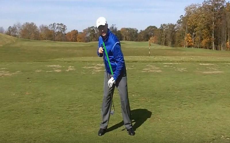 Pour Derek Hooper, le bon mouvement consiste à laisser la tête venir pratiquement au-dessus du pied droit pendant le backswing.  De la sorte, l'angle formé par le corps par rapport à la balle va être bien meilleur.