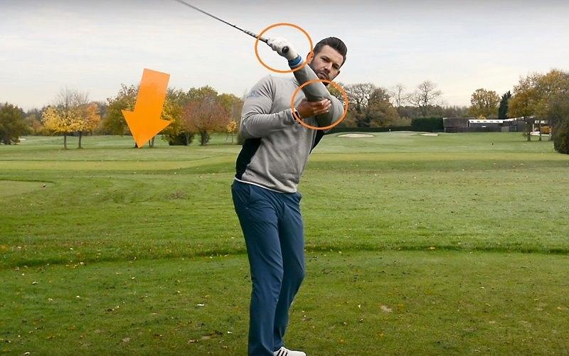 Pour s'entraîner, le pro recommande de prendre sa posture naturelle, déclencher le backswing, et une fois au sommet, retirer la main droite du grip pour venir soutenir le coude gauche (toujours pour un droitier).