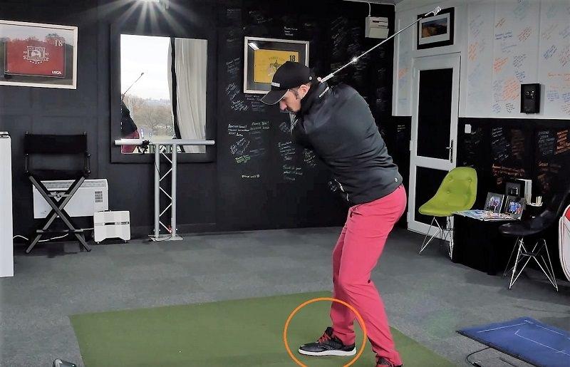 Au sommet du swing, il considère que la distribution de son poids se retrouve à 70% sur sa jambe arrière.
