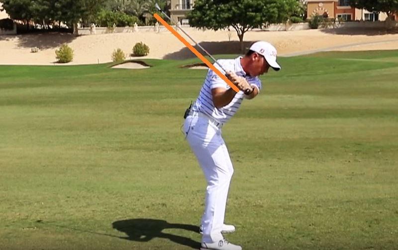 s'agissant de 95% des meilleurs golfeurs du monde, le club commence à s'horizontaliser un tout petit peu au moment où ils commencent le downswing.
