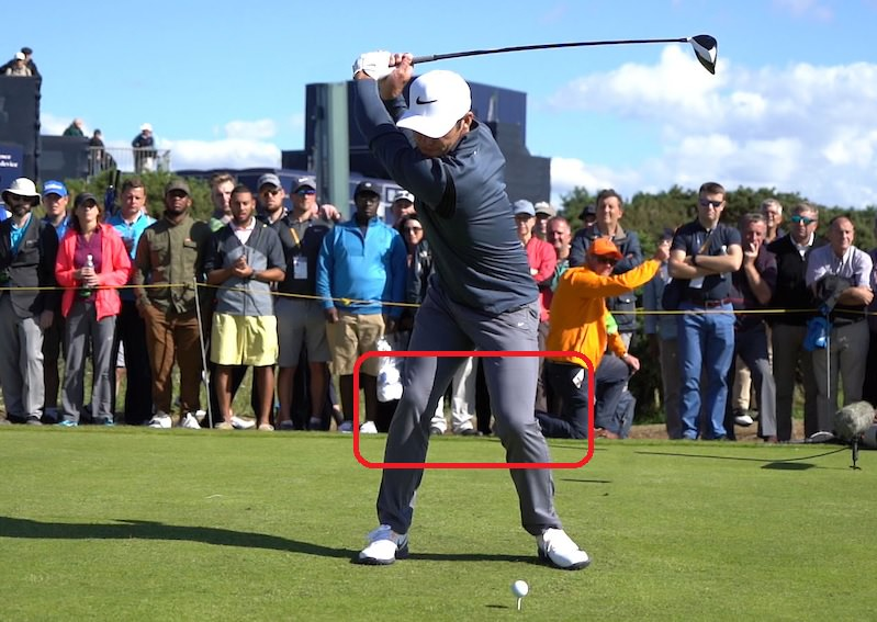 Je garde le genou droit fléchi alors que le relâchement du genou gauche permet à la cuisse gauche de venir derrière la balle