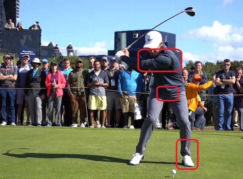 Sa boucle de ceinture est alors face à la balle alors que les épaules sont toujours légèrement en arrière.