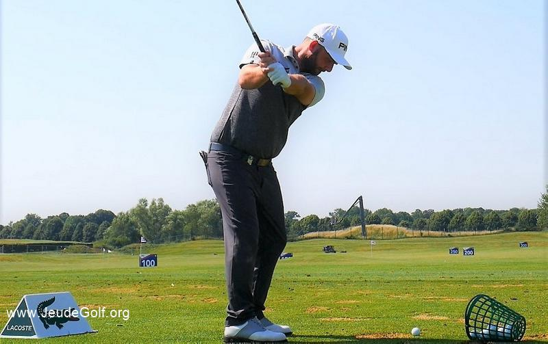 Sur quel plan déplacer le bras gauche pendant le backswing?