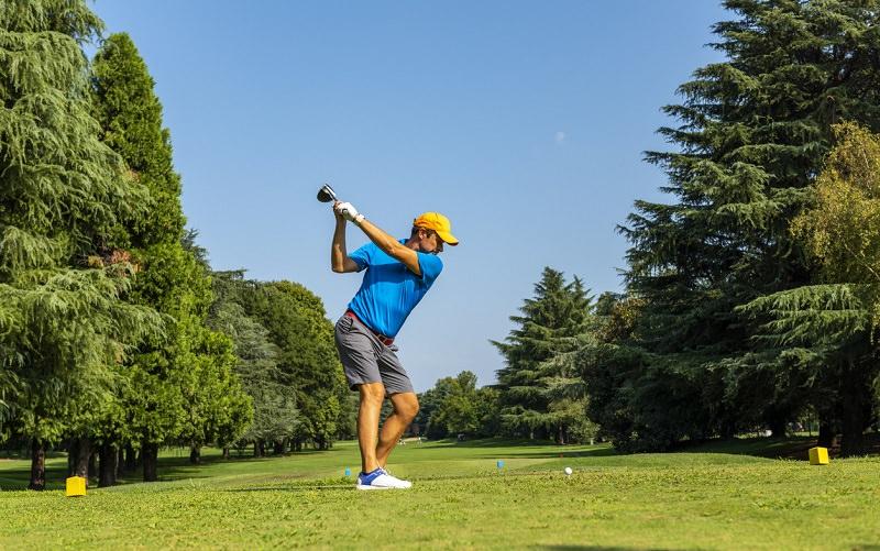 Comment driver droit tout le temps ? Une promesse de coach de golf vraiment tenable ?