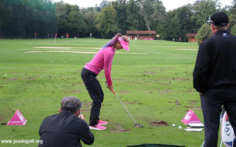 Notez sur la photo ci-dessus que Michelle Wie, une « golfeuse athlète » qui justement présente une très belle posture sous les yeux de son coach David Leadbetter