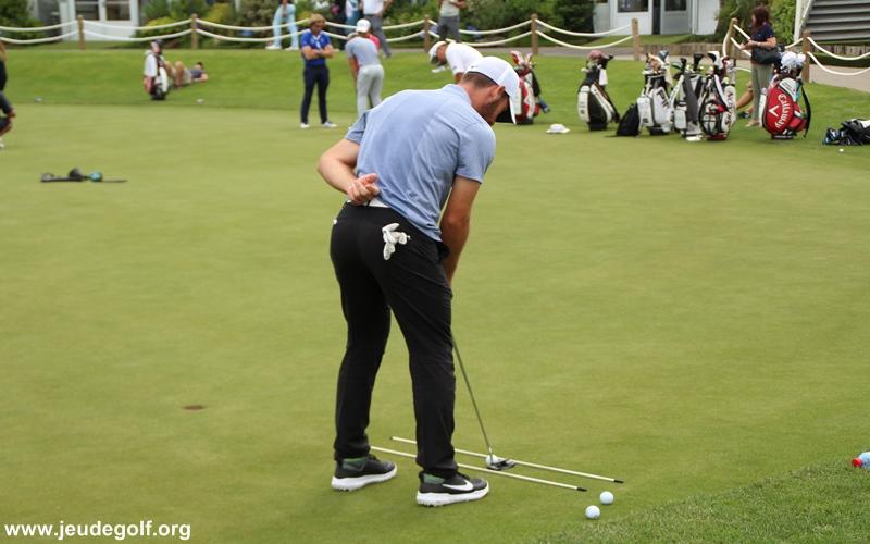 L'entrainement putting des golfeurs professionnels en tournoi