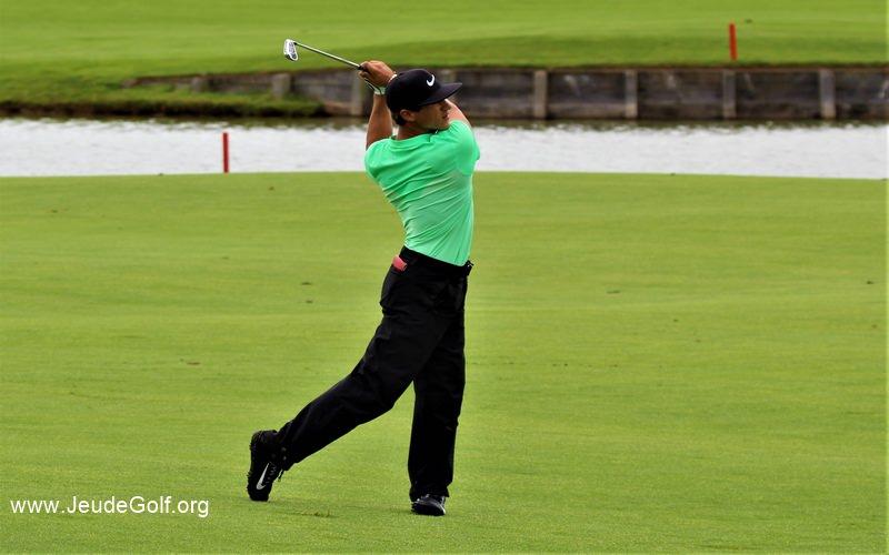 Olesen sur le 18 au Golf National, son 2ème coup va prendre le green