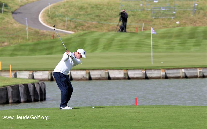 Matthew Fitzpatrick a dropé au 15 du golf national. Le green ne sera pas pris en régulation.