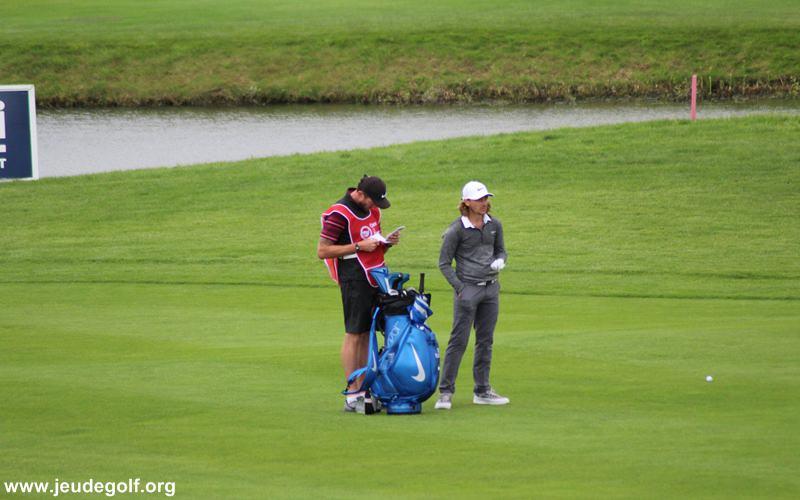 joueur et son caddie au Golf National