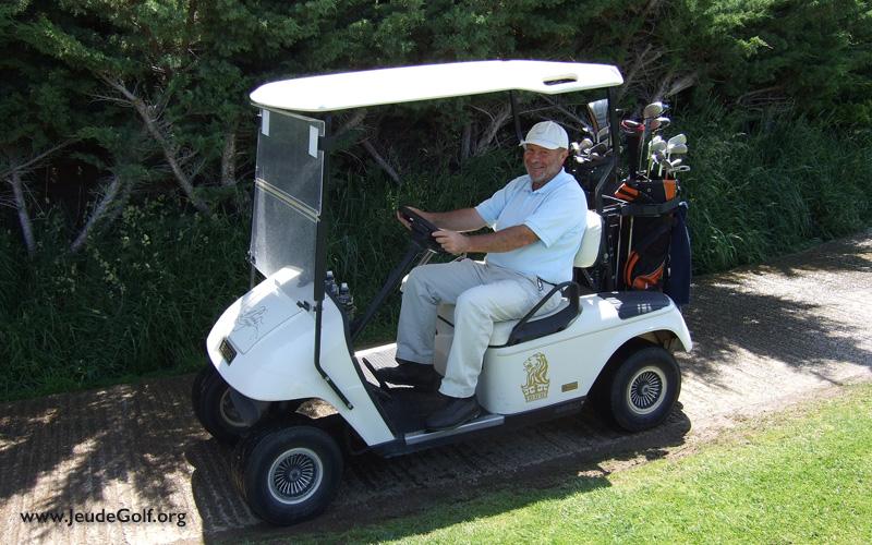 Quand il fait très chaud au golf, chercher l'ombre sous le toit du buggy