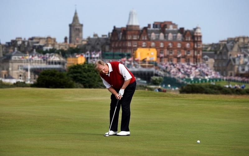Jack Nicklaus au centre du green pour son putt sur le trou 16 de son dernier British Open à Saint-Andrews
