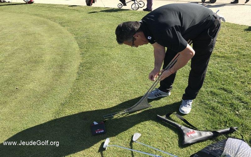 Olivier Raynal prépare ses différents outils pour aborder le putting