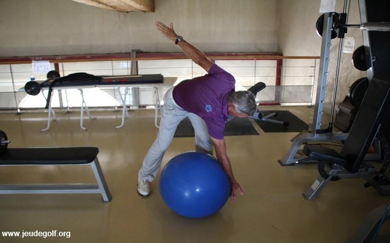 Glissez le bras jusqu'au point bas du ballon pour étirer toute la chaîne musculaire