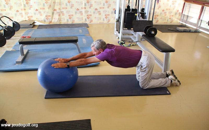 Déroulez lentement en poussant le ballon avec les deux mains jusqu'à votre point d'extension maximum