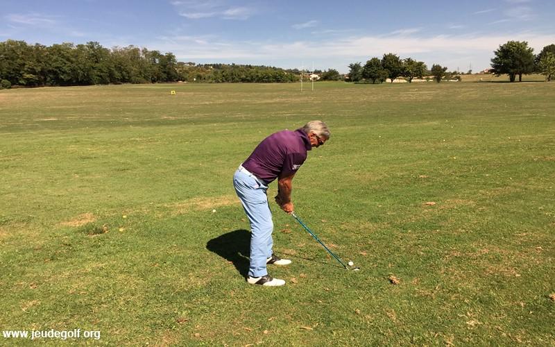 Ainsi, le golfeur concerné perd sa posture, et pire encore, il perd de sa capacité à créer un effet de levier du fait d'une déconnection avec le sol.