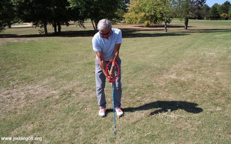 La majorité des golfeurs qui renforcent leurs grips créent une extension du poignet gauche au sommet du swing.