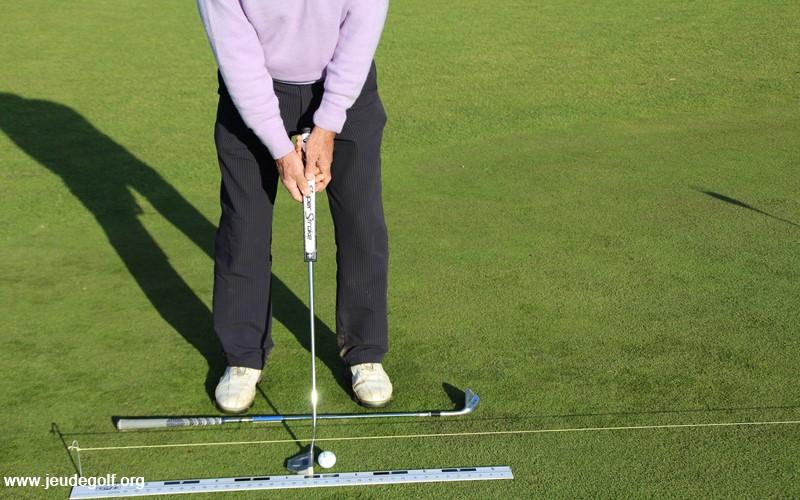 La bonne recommandation consiste à s'assurer que l'avant-bras droit est en ligne avec le shaft du putter.