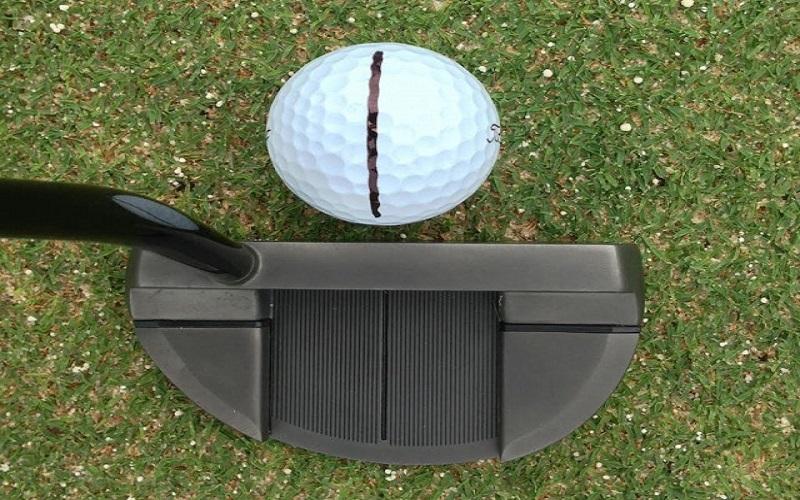 Il est toujours plus facile de gérer l'alignement du putter face à la cible en s'appuyant sur le fait de parfaitement centrer la balle dans la face du putter