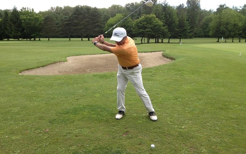 Faut-il conserver son bras gauche tendu pendant le backswing?
