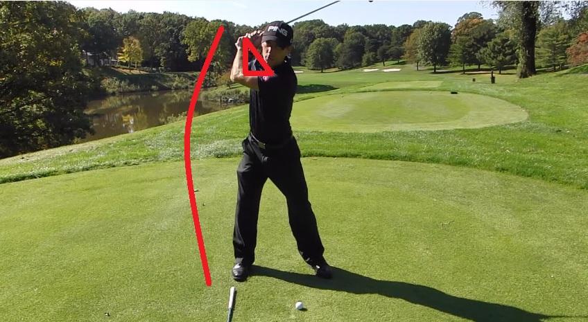 Le bras gauche est plié au backswing = Pas d'amplitude et donc pas de vitesse