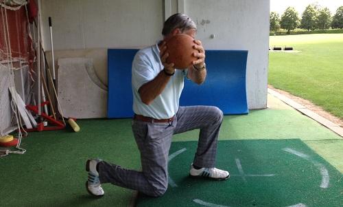 exercice du lancer de ballon genou au sol