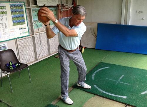 exercice lancer de ballon style rugby pour améliorer son swing