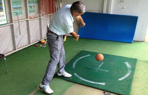 fin de l'exercice lancer de ballon style rugby pour améliorer son élasticité au golf