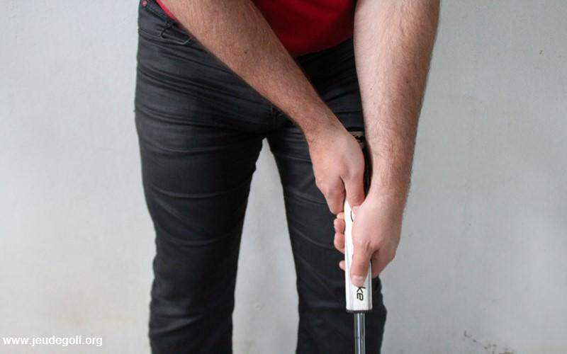 grip inversé avec le shaft bien porté contre le bras gauche