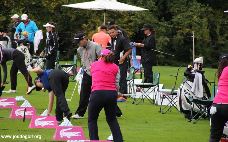 Dans la zone d'impact, pas de retard entre le haut et le bas du corps, signe caractéristique d'un swing en un seul bloc.