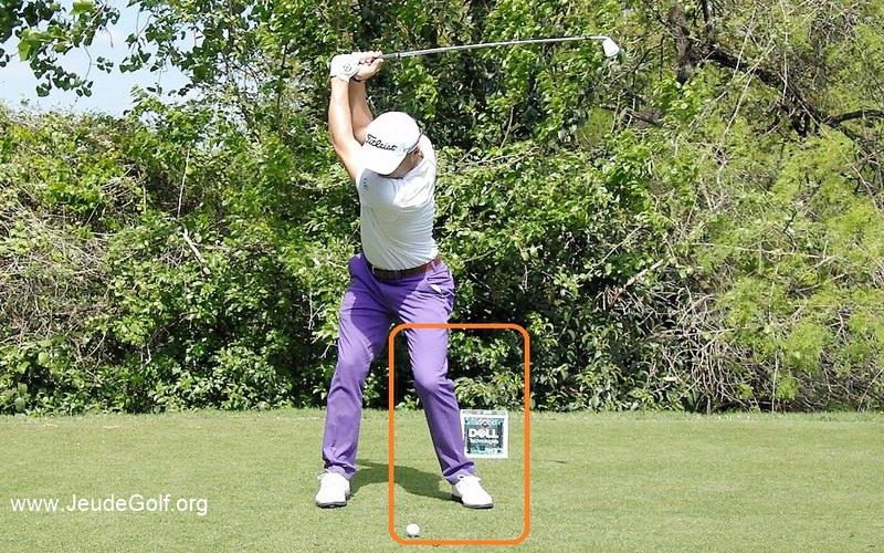notez comment il fléchit la jambe avant pendant le backswing