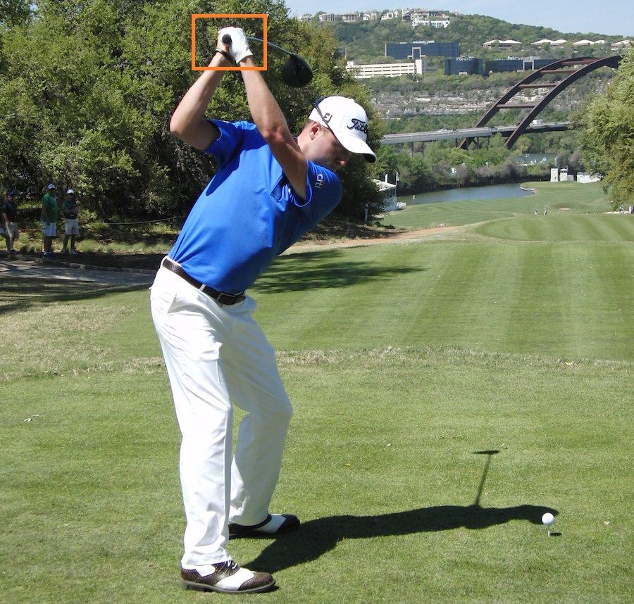 Au sommet du backswing, il utilise ses mains pour augmenter la longueur de son arc de swing.