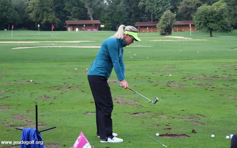 Au practice, comme la plupart des professionnels, elle a recourt à un stick posé au sol pour l'aider à visualiser la ligne parfaite.