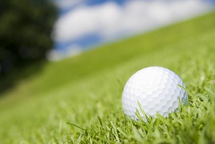 Les coups de golf avec le corps en pente descendante