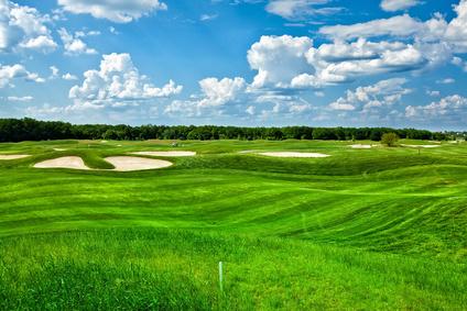 Jouer sur le fairway du parcours de golf