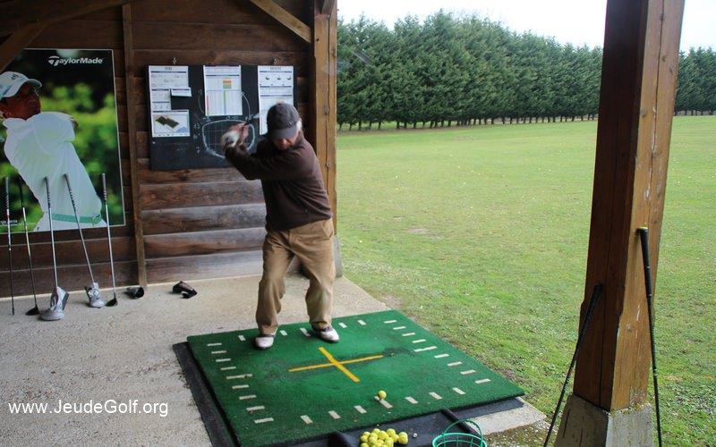 une direction de swing trop à gauche et une faible rotation des hanches