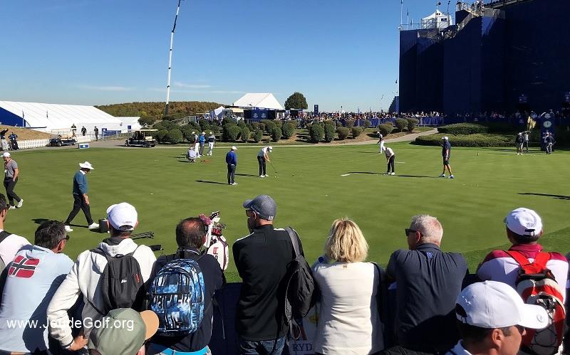 Les joueurs étaient en fait au putting green, situé juste derrière l'immense tribune du trou numéro 1.