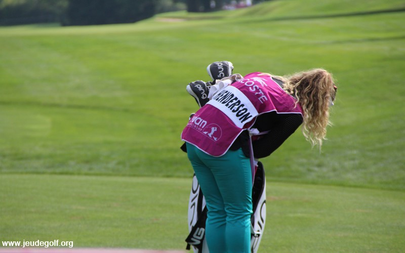 De l'autre côté de l'Atlantique, Brittany Henderson porte le sac de sa sœur Brooke Henderson, une jeune et prometteuse canadienne qui a remporté en 2016 le majeur PGA Championship.