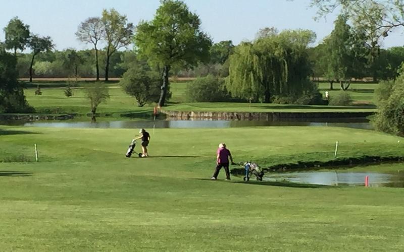 Des golfeurs qui peuvent arpenter le parcours sept jours sur sept