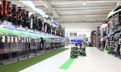 Rayon golf d'une enseigne de distribution : un entrepôt...