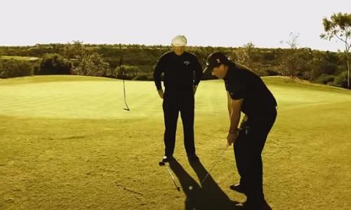 Phil Mickelson démontre le flop shot parachute face à Roger Cleveland