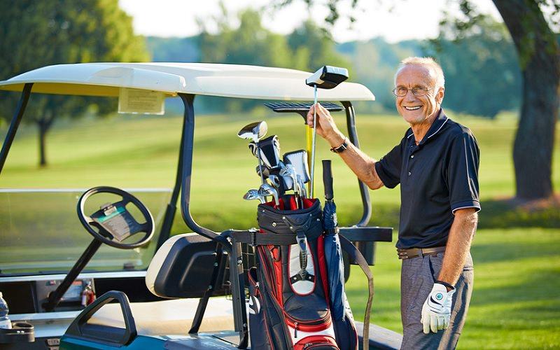 En premier lieu, et bien que la marche soit une excellente forme d'exercice, une voiturette de golf est conseillée au moment du retour au jeu, afin de réduire le stress sur la nouvelle articulation.