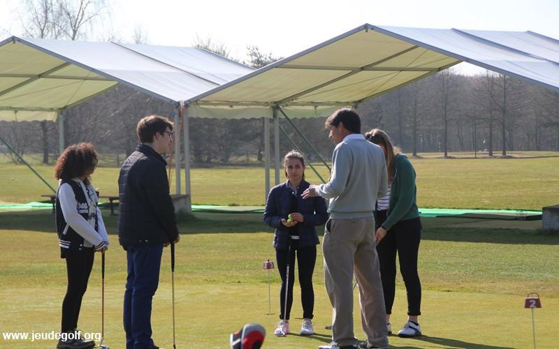 Les jeunes à l'école de golf
