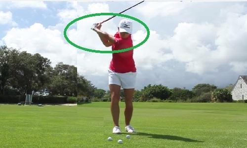Pliez votre bras droit pour créer un angle droit au sommet du backswing !