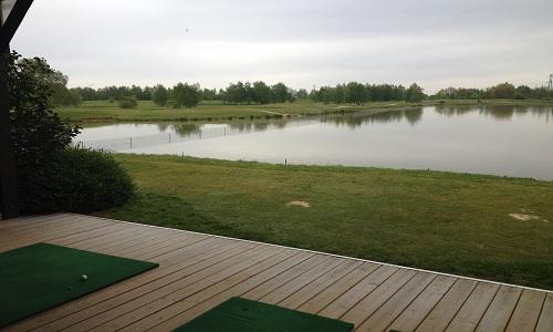 Le practice sur eau du golf du gouverneur