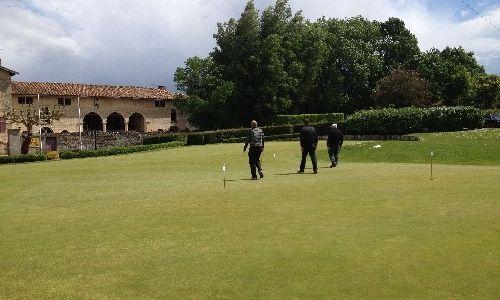 mini-réunion de golfeurs sur le putting-green