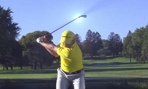 Au sommet du backswing, l'angle entre le bras dominant et le club de golf est proche de 90 degrés.