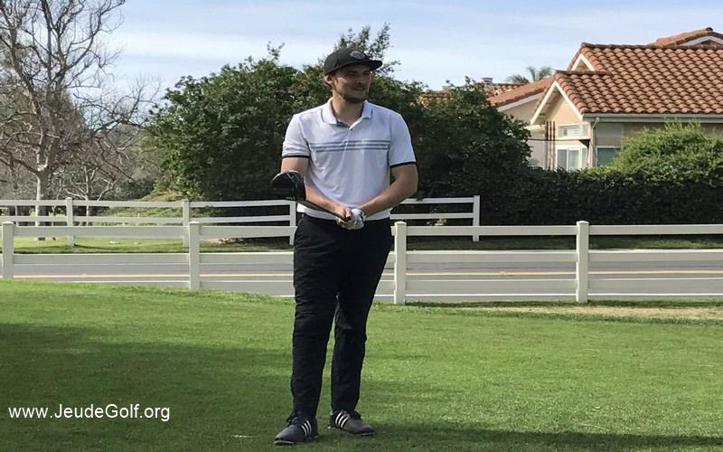 L'ingénieur dans la peau du golfeur sur le terrain, club en mains