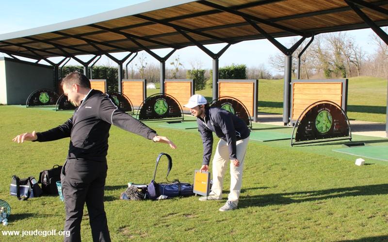 Séance de travail au trackman au practice du golf de Mionnay